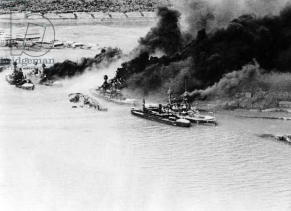 Burning battleships off Pearl Harbor on 12/07/1941 (b/w photo)
