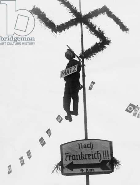 Matz Braun puppet hangs from the gallows in Saarbrücken, 1935 (b/w photo)