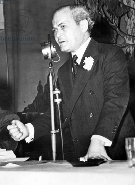 Samuel Dickstein speaks at an assembly, 1938 (b/w photo)