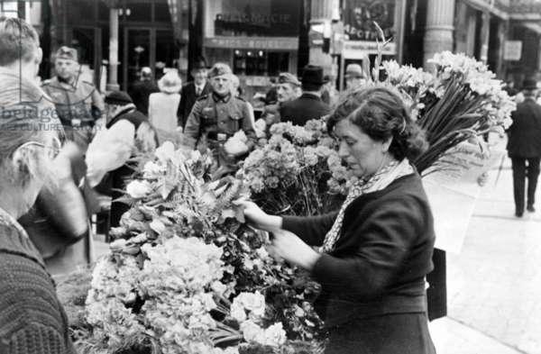 Flower market in Paris, 1940 (b/w photo)