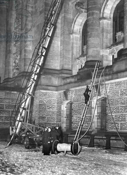 Firefighting operations of the fire department at the Reichstag fire, 1933 (b/w photo)