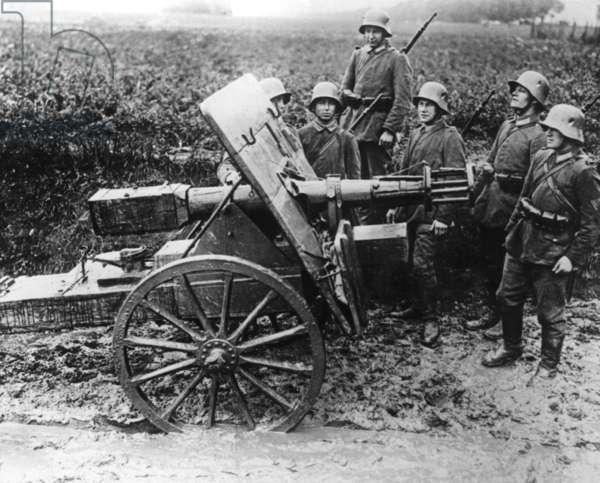 Dummy of a field gun for training purposes (b/w photo)