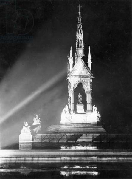 Albert Memorial in Hyde Park by night, 1927 (b/w photo)