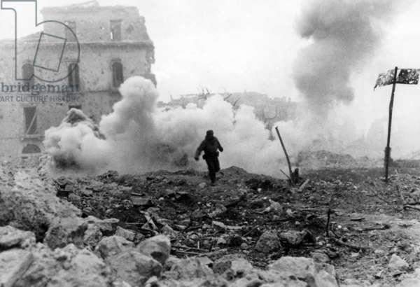 German gunner in Cassino, 1944 (b/w photo)