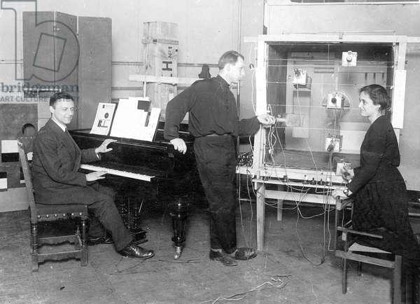Demonstration of colour-light play by Hirschfeld Mack, 1925 (b/w photo)