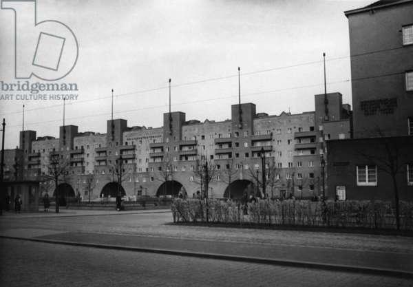 The Gemeindebau (municipal tenement complex) Karl Marx-Hof in Vienna, 1938 (b/w photo)