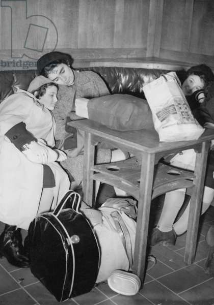 Jewish refugee children upon their arrival in Harwich, 1938 (b/w photo)