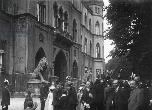 War enthusiasm in Munich, 1914 (b/w photo)