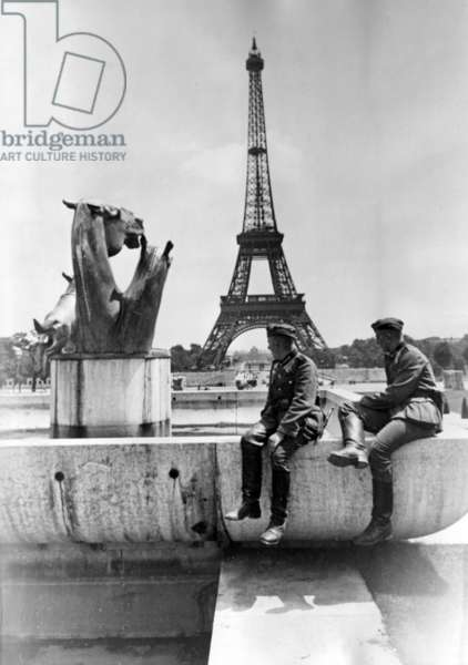 German soldiers in front of the Eiffel Tower in Paris, 1940 (b/w photo)