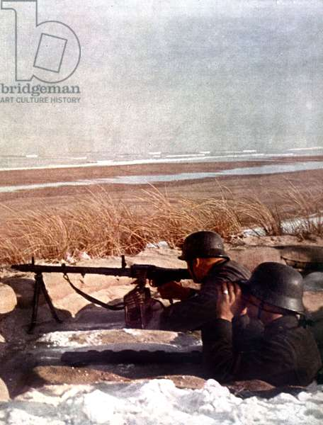 Atlantic Wall : german soldiers on the coasts of the Channel with MG 25 machine gun : defence and preparations for possible allied landings, spring 1944