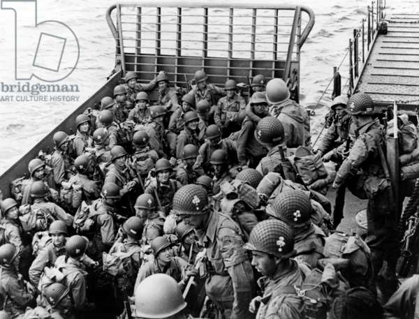 american paratroopers of the 327 Glider Infantry Regiment (for whom there was no more room in the gliders of the 101st division) joigning their position by the sea, during first wave of the Allied Normandy Landings june 6, 1944