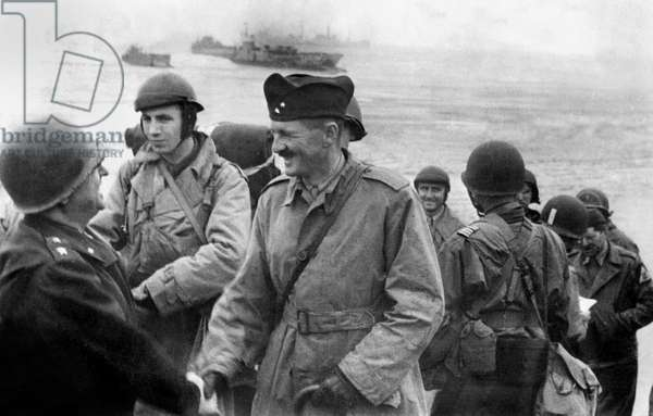 French general Philippe Leclerc de Hauteclocque greeted by americain officer on Utah Beach (in Saint Martin de Vareville) after the operations of the French armoured division Landings in Normandy on august 1st, 1944