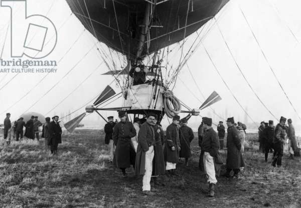 "French dirigible ""Patrie"" built by Lebaudy brothers, View of the gondola in 1906"