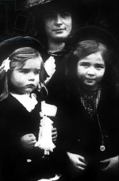 Simone de Beauvoir (r) with her sister Helene nicknamed Poupette and their mother Francoise, c.1912