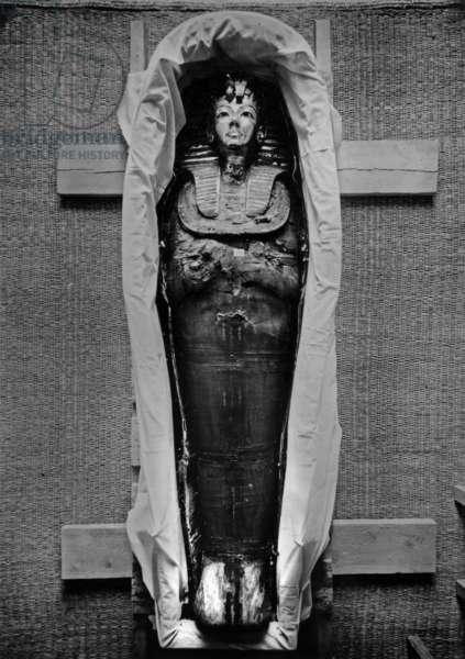Discovery of the tomb of pharaoh Tutankhamun in the Valley of the Kings (Egypt) : Tutankhamun's mummy, 1923, photo by Harry Burton (p0769)