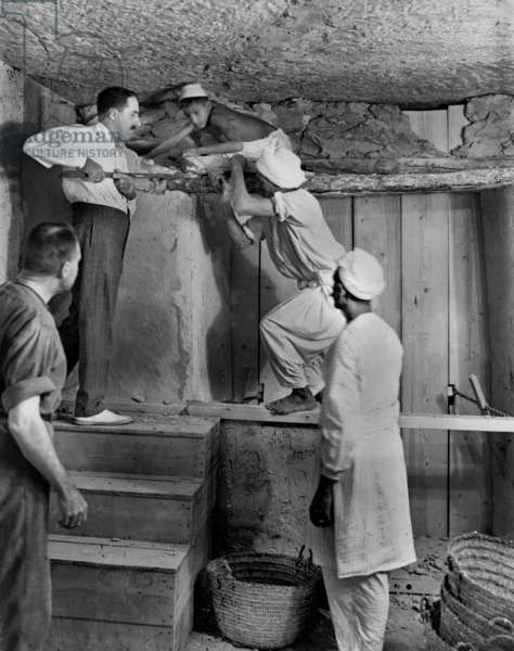 Discovery of the tomb of pharaoh Tutankhamun in the Valley of the Kings (Egypt) : Howard Carter, Arthur Callender and egyptian workers removing the wall between the Antechamber and the Burial Chamber, december 2, 1923, photo by Harry Burton (p0509)