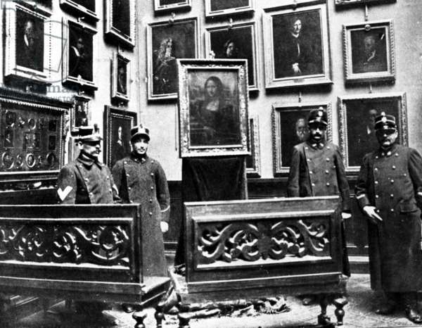 The Mona Lisa with guards in the Uffizi museum in Firenze, the painting having just been found after her theft in Louvre museum by an italian painter Vincenzo Peruggia on august 21, 1911