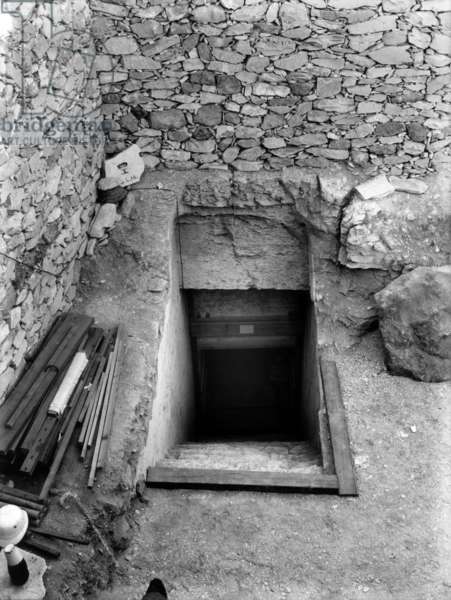 Discovery of the tomb of pharaoh Tutankhamun in the Valley of the Kings (Egypt) : here entrance of the tomb