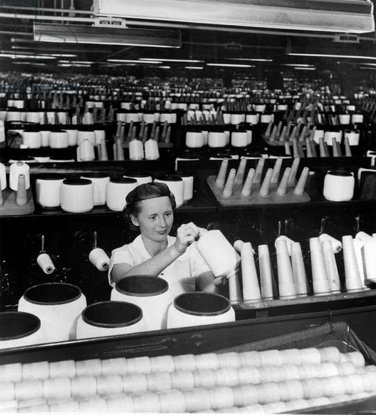 Dupont de Nemours industry : woman working in a factory of nylon wires, 50's