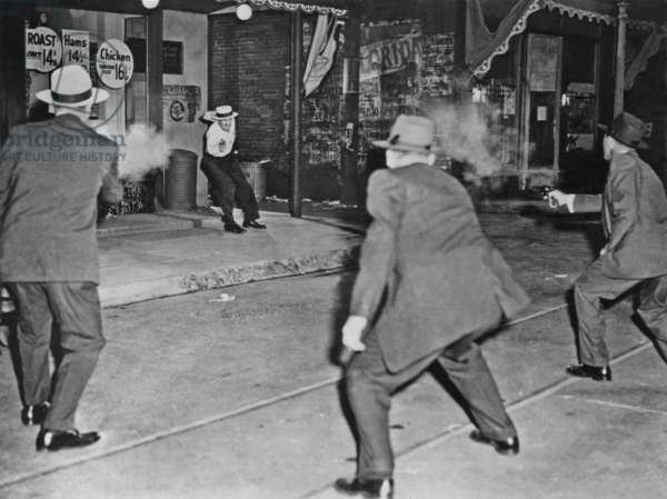 3 FBI special agents cooperated with Warner Bros to reenact this gun battle with an actor protraying the notorious american ex gangster John Dillinger (the criminal was finally cornered in july 1934) photo NARA
