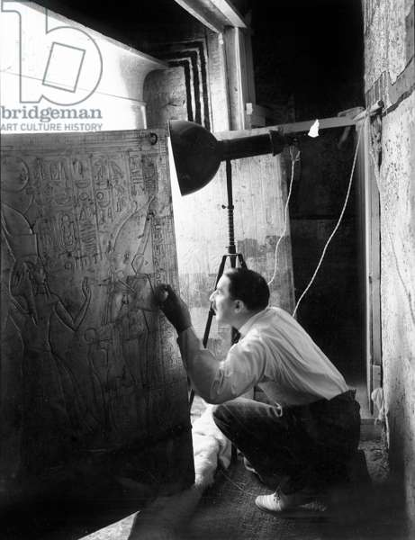 Découverte de la tombe du pharaon Toutankhamon dans la Vallée des Rois (Egypte) : Howard Carter regardant à travers les portes du deuxième sanctuaire, 4 janvier 1924, photo de Harry Burton (p0626)