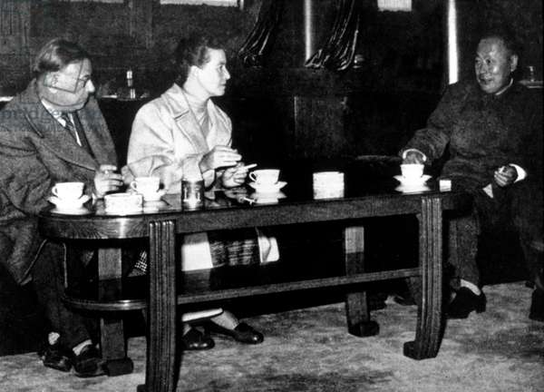 Jean Paul Sartre and Simone de Beauvoir during their visit in Peking, in 1955