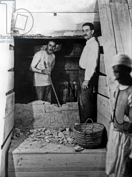 Discovery of the tomb of pharaoh Tutankhamun in the Valley of the Kings (Egypt) : here on february 16, 1923 : Howard Carter and his assistant Arthur Mace. Carter has dismantled the doorway between the antechamber and the chamber, photo by Harry Burton (p0290)