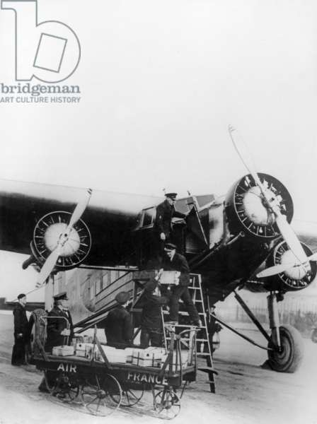 Loading of crates on a Wilbault plane (Air France) in London 1933 - 1934