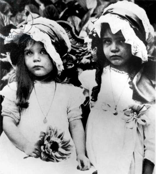 Simone de Beauvoir (1908-1986) (r) and her sister Helene nicknamed Poupette c. 1914