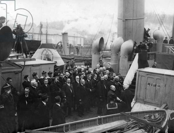 delegation of French deputies waiting for american president Thomas Woodrow Wilson in Brest (Brittany) december 13, 1918