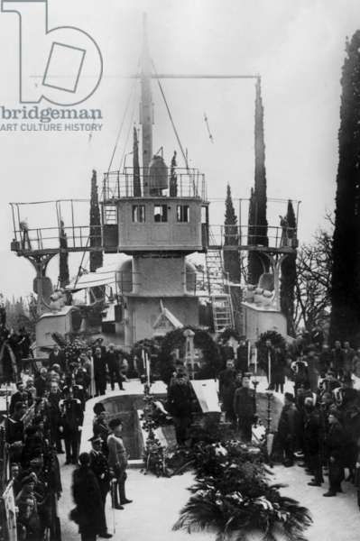 The coffin of Gabriele d'Annunzio is exhibited on the boat the Puglia in garden of his house Vittoriale degli italiani in Gardone Riviera, Italy, 1938