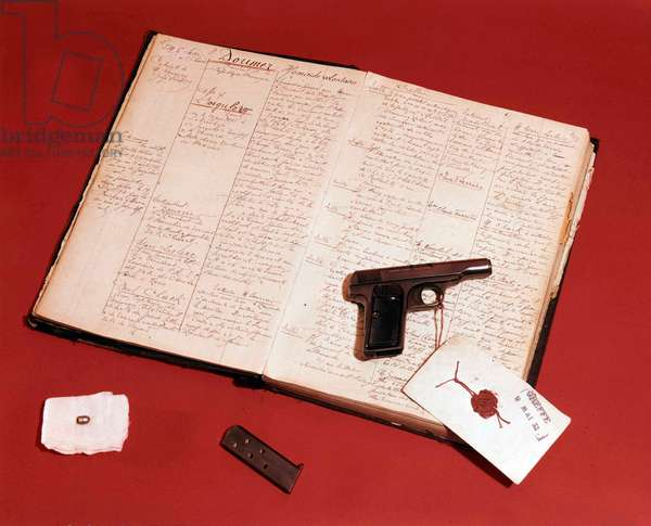 Murder of Paul Doumer (1857-1932, French president) : exhibits of trial Gorgulov (murderer) : papers, guns