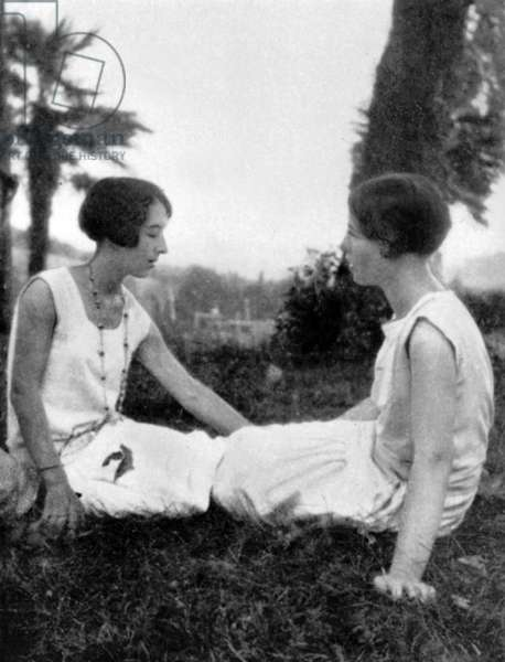 Elisabeth Lacoin (aka Elisabeth Mabille or Zaza on l) with her friend Simone de Beauvoir c. 1925