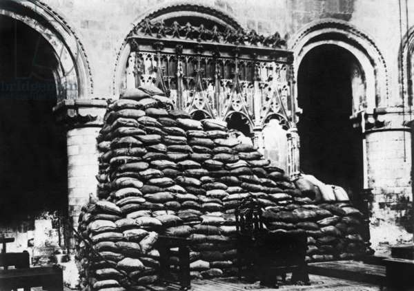 protection against bombing by zeppelins of monuments with earth bags in London 1st world war, photo by Branger