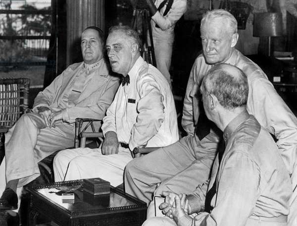 July 1944, Pacific Strategy Conference in Pearl Harbor : american president Franklin D. Roosevelt, admiral Chester Nimitz and admiral William Leahy