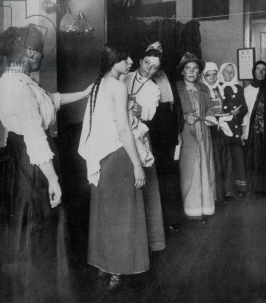 immigrants in Ellis Island (New York) during a medical control, 10's