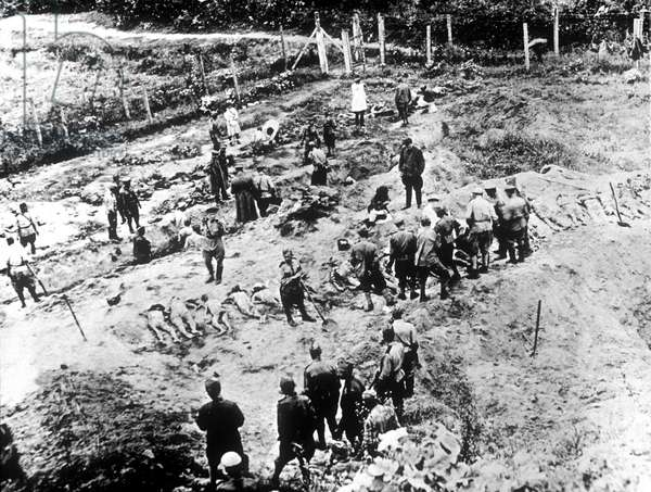 exhumation of bodies in a mass grave in Russia : the presence of a soviet commissioner suggests 1942-1944 period and the king of burial (rows) german acts
