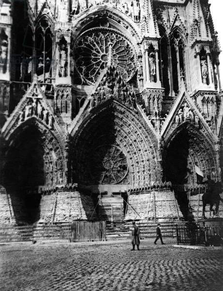 French city Reims : sacks of earth protecting what remains of the statues of the cathedral from german bombings, july 1915