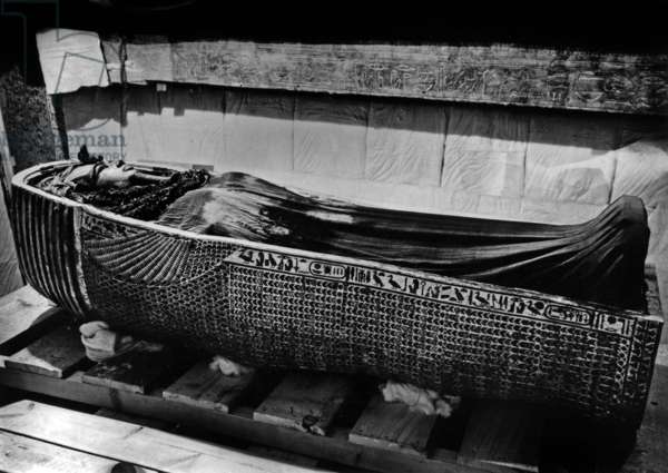 Discovery of the tomb of pharaoh Tutankhamun in the Valley of the Kings (Egypt) : burial chamber : 2nd coffin, 1923, photo by Harry Burton (p0719b)