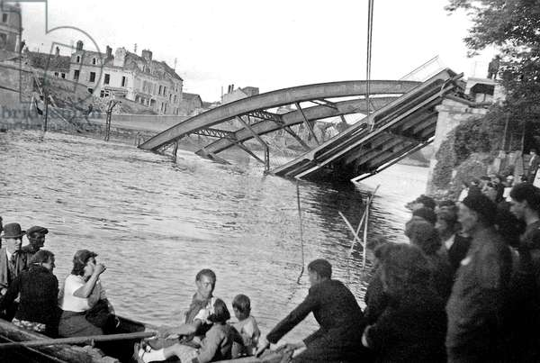 Allied bombings on Creil, France september 1,1944 : the bridge over the river Oise is destroyed another time