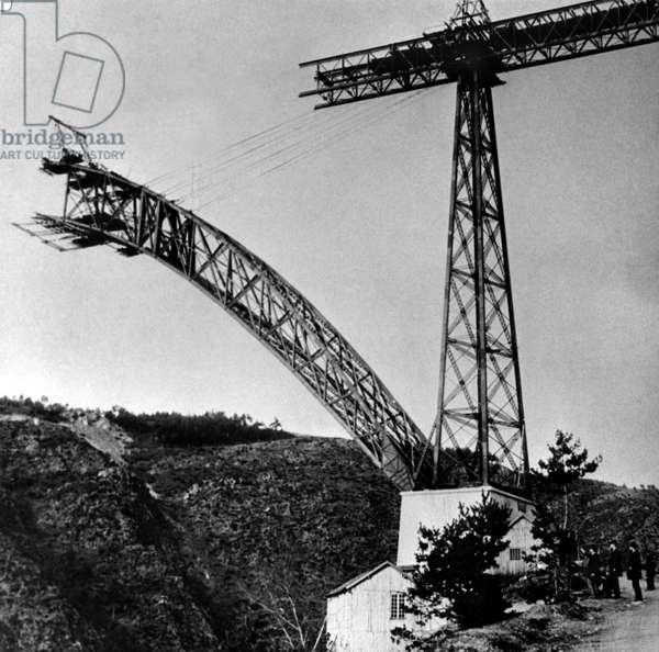 Construction of the Garabit Viaduct (Rail Bridge) in the Cantal (Auvergne) (b/w photo)