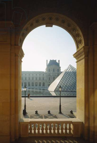 The Louvre Museum (Grand Louvre), Rue de Rivoli and Quai des Tuileries, Paris 75001. Architecture of Leoh Ming Pei in association with Michel Macary and Jean-Michel Wilmotte, between 1983-2001. In 1981, Francois Mitterrand commissioned Ieoh Ming Pei to arrange the Grand Louvre. In particular, it was a matter of altering the spaces that Napoleon III had built for the ministries and which had been occupied by the Ministry of Finance at that time. Here, view of the Napoleon Court with the Pyramid in the center.
