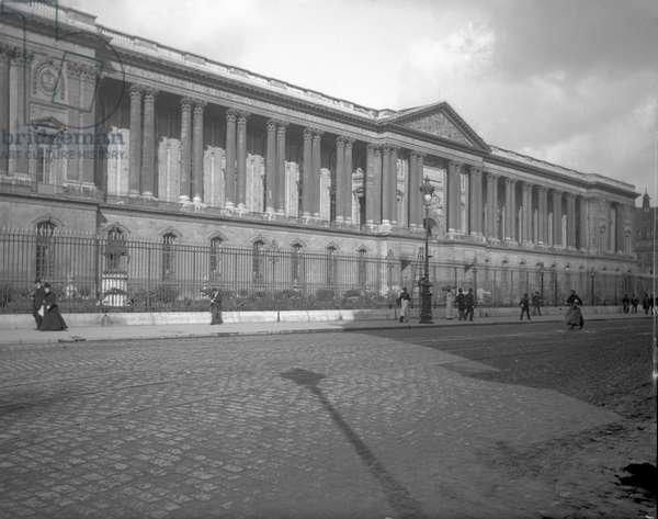 Le musee du Louvre with the colonnade of Claude Perrault in Paris Le musee du Louvre, Paris 75001. Photography 10/07/1900