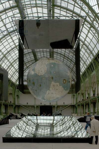 The nave of the Grand Palace, with the Earth globe of Coronelli. Le Grand Palais, avenue Winston Churchill in Paris 75008. Architect Charles Girault (1857-1932), 1900. photography 17/09/05.