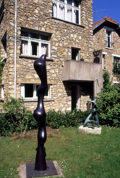 Plastic intervention by Sophie Taeuber Arp (1889-1943) in the garden of the house of Hans Arp (Jean Arp) (1887-1966) in Clamart (Hauts de Seine), built in 1928, architect Sophie Taeuber.