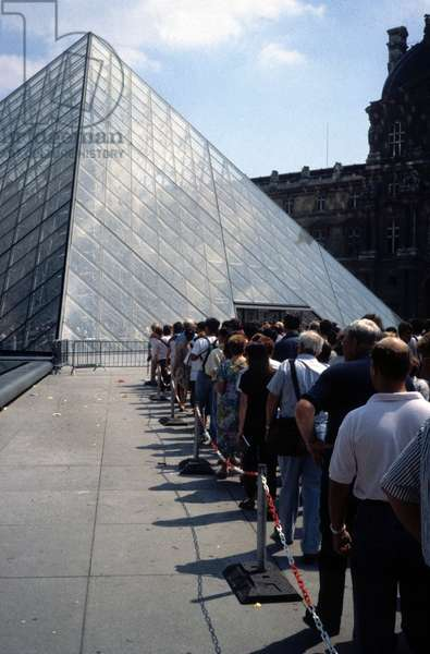 The pyramid of the Louvre in Paris Grand Louvre, Rue de Rivoli and Quai des Tuileries, Paris 75001 9photo)