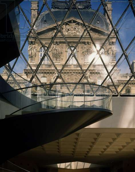 The Louvre Museum (Grand Louvre), Rue de Rivoli and Quai des Tuileries, Paris 75001. Architecture of Ieoh Ming Pei in association with Michel Macary and Jean-Michel Wilmotte, between 1983-2001. In 1981, Francois Mitterrand commissioned Ieoh Ming Pei to arrange the Grand Louvre. In particular, it was a matter of altering the spaces that Napoleon III had built for the ministries and which had been occupied by the Ministry of Finance at that time. View of the Richelieu wing in the Napoleon courtyard taken from the lobby of the pyramid ©Artedia/Pei Leoh Ming Rice Peter/Artedia/Leemage Collection - Warning: Prior authorization before use is mandatory. Contact the Museum Information Bank: 01 40 20 53 17 or info@louvre.fr