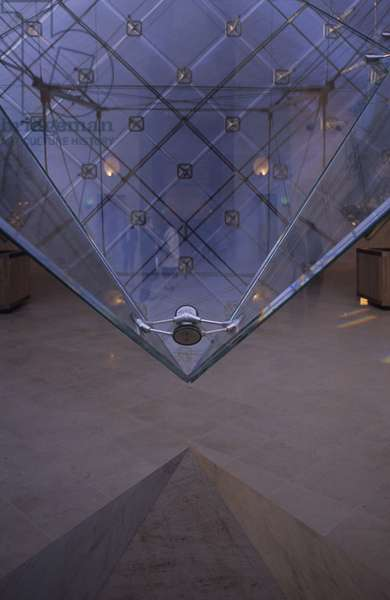 Detail of the inverted pyramid of the Louvre Museum, Grand Louvre, Rue de Rivoli and Quai des Tuileries, Paris 75001. Architecture of Leoh Ming Pei in association with Michel Macary and Jean-Michel Wilmotte, 1990-1993. Detail of the inverted pyramid in the Carousel gallery. The inverted pyramid is a prism of glass, the tip of which stands at 1.40 metres from the ground. Conceived by Ieoh Ming Pei with Peter Rice