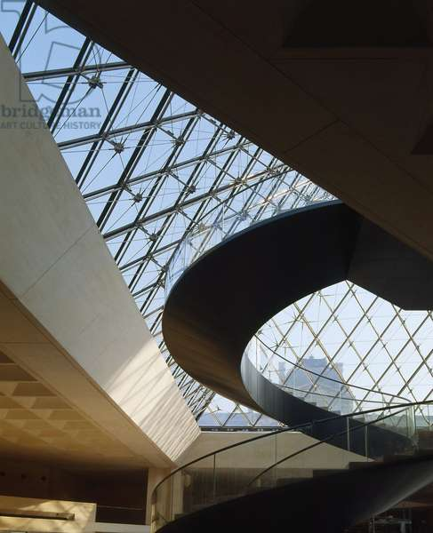 The Louvre Museum (Grand Louvre), Rue de Rivoli and Quai des Tuileries, Paris 75001. Architecture of Ieoh Ming Pei in association with Michel Macary and Jean-Michel Wilmotte, between 1983 and 1989 and 2001. In 1981, Francois Mitterrand commissioned Ieoh Ming Pei to arrange the Grand Louvre. In particular, it was a matter of altering the spaces that Napoleon III had built for the ministries and which had been occupied by the Ministry of Finance at that time. In the foreground, the helicoidal staircase with the steel mesh of the pyramid in the courtyard Napoleon.