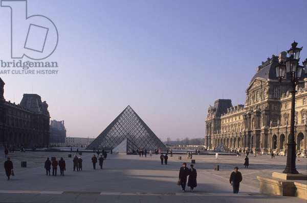 La pyramide du Louvre, Grand Louvre, Rue de Rivoli and quai des Tuileries, Paris 75001. Architecture of Ieoh Ming Pei in association with Michel Macary and Jean-Michel Wilmotte, 1983-2001. Photography 1989. The Pyramid of the Louvre in the Cour Napoleon with the Richelieu Wing